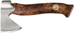 Топор Karesuandokniven Unna Aksu brown, рукоять – карельская береза, 185 мм, лезвие – нержавеющая сталь, 100 мм, длина общая – 225 мм, ножны – кожа