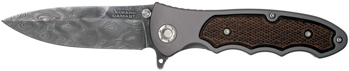 Нож Boker Leopard-Damascus III, дамасская сталь, рукоятка – алюминий/дерево, обычная режущая кромка, 2-хсторонняя клипса, длина клинка – 97 мм, длина общая – 225 мм.