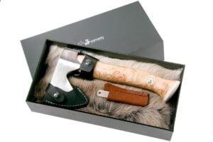 Топор Karesuandokniven Vuogas Aksu nature, рукоять – карельская береза, 22 см, лезвие – нержавеющая сталь, 120 мм, длина общая – 260 мм, ножны – кожа